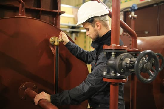 Mechanical engineer in facility oil and gas. Service work in tank of technical water